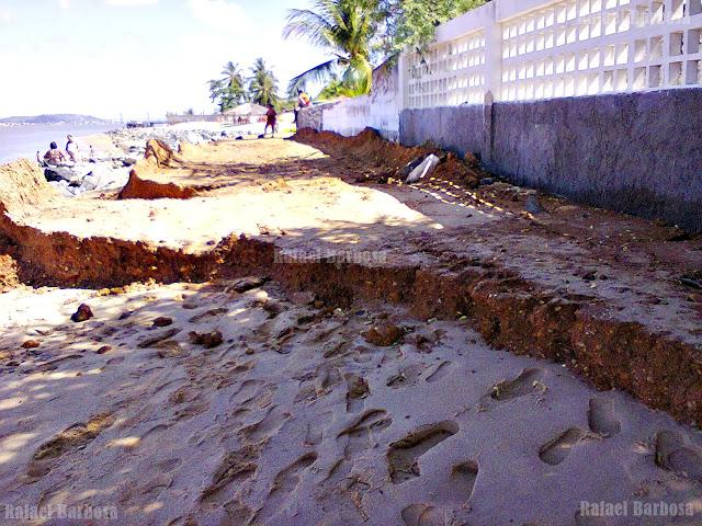 Foto 7: Parte da avenida Oceânica comprometida. Foto tirada em fevereiro de 2013