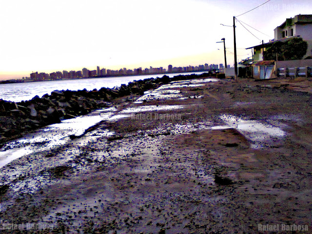 Foto 9: Avenida Oceânica molhada pela maré de março. Foto tirada em março de 2013