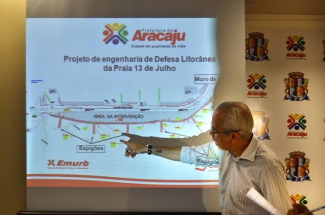 Foto 11: Edvaldo Nogueira apresentando aos aracajuanos um projeto de defesa litorânea para contenção da maré. Foto de César de Oliveira tirada em setembro de 2012