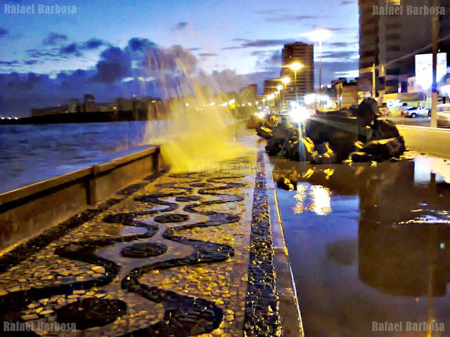 Foto 12: Mar quebrando na Balaustra da Avenida Beira Mar Foto tirada em novembro de 2013