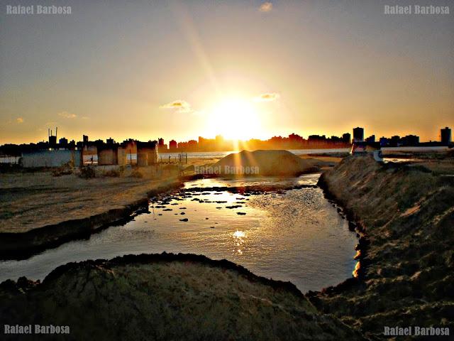 Foto 14: Entrada da foz do rio sendo aberta pela mãos do homem Foto tirada em março de 2013