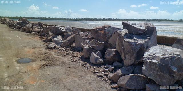 Foto 21: Pedras sobre a avenida Beira Mar, bairro 13 de Julho Aracaju Foto tirada em novembro de 2013