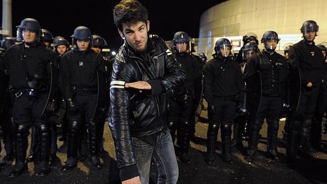 """Apoiadores de Dieudonne provocam polícia reproduzindo o """"Quenelle"""" em frente à casa de shows onde aconteceria uma apresentação de Dieudonne"""
