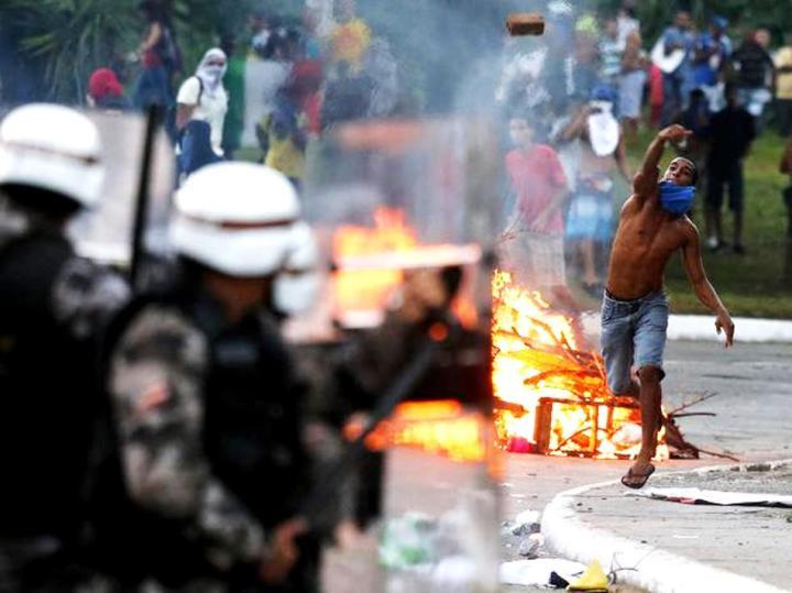 Conflito entre policiais e manifestantes em Salvador (2013).  foto: Reuters