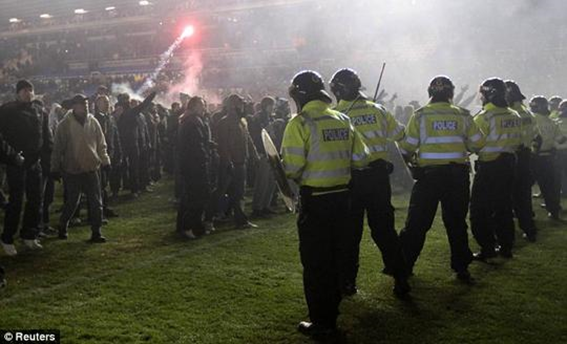 Violência no derby entre Birmingham e Aston Villa, 2010.