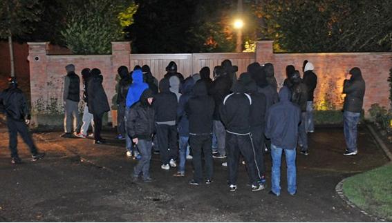 Hooligans do Manchester United ameçam Wayne Rooney em frente a sua casa