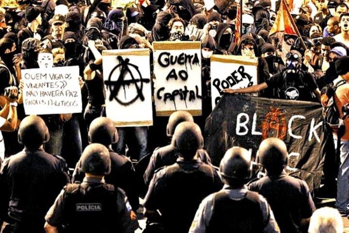 """""""Quem faz a distinção entre 'boas manifestações' e 'manifestações de vândalos' é a burguesia. A esquerda infelizmente aderiu a essa classificação. Cedeu. Capitulou. As organizações políticas chegam a competir entre si quem primeiro se posicionou contra os """"Black Blocs"""""""