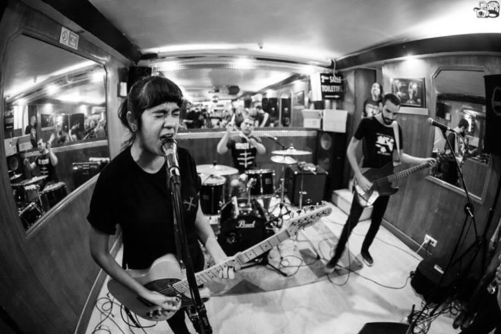 Renegades of Punk tocando em um bar de Paris, pelas lentes de Victor Balde, da Snapic.