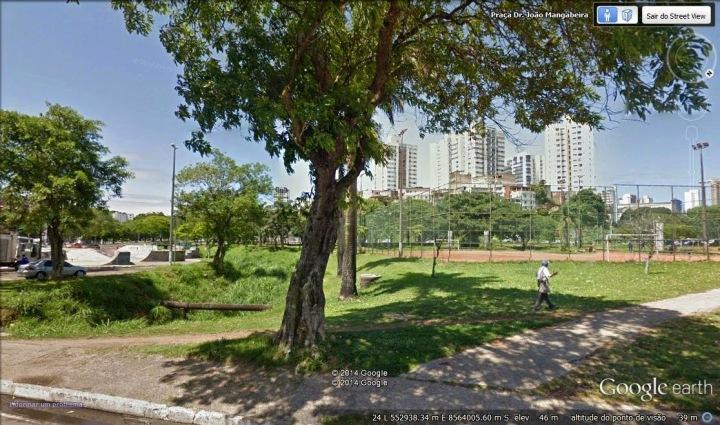 A Praça João Mangabeira, com sua APP, pista de skate, quadras e árvores, está entre as áreas que a Prefeitura pretende desafetar para alienar. Foto: Google Earth