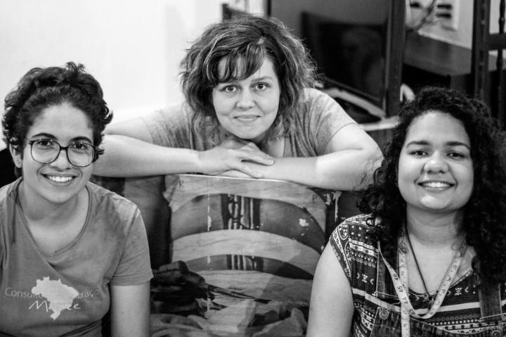 Camilla (esquerda) e Janaína (direita) são as entrevistadas da vez. Ao centro está Renata Voss, professora da UFS e consultora artística do projeto.