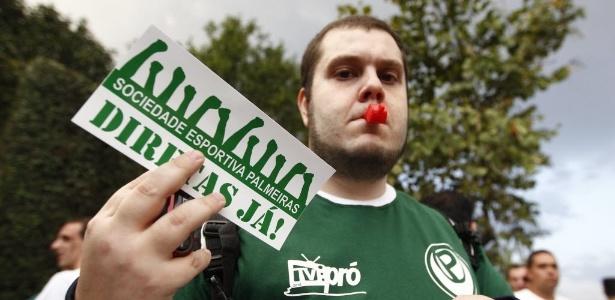 palmeirenses-protestam-em-frente-ao-clube-nesta-segunda-feira-dia-24-1319493638330_615x300