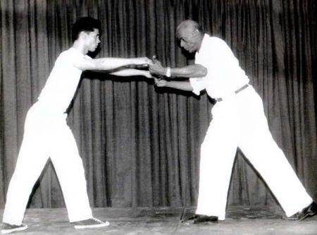 _resized_Bimba_passando_a_capoeira