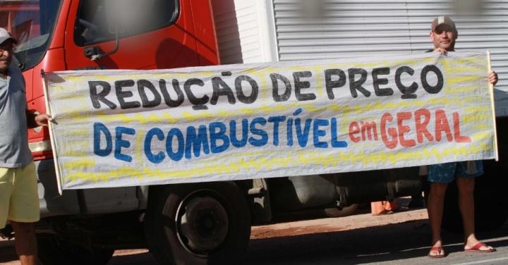 caminhoneiros-autonomos-realizam-na-manha-desta-terca-feira-22-o-segundo-dia-de-protesto-no-km-0-da-br-493-no-sentido-manilha-em-itaborai-rj-1527002382689_956x500